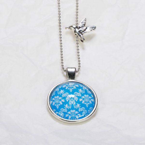 Medaillon-Halskette Muster weiss auf hellblau
