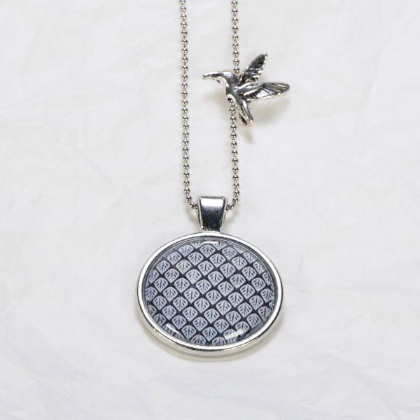 Medaillon-Halskette Blätter schwarz-weiss