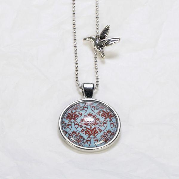 Medaillon-Halskette Ornament Rot auf Hellblau