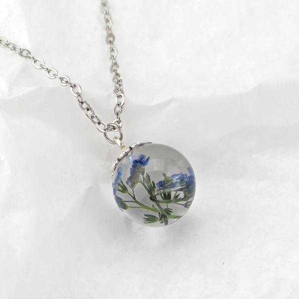 Halskette mit Kunstharzanhänger blaue Blüten