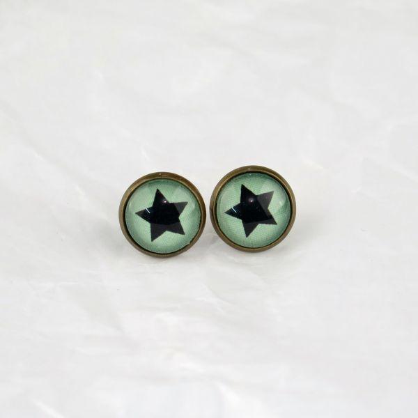 Ohrstecker Cabochon schwarzer Stern / grüner Hintergrund