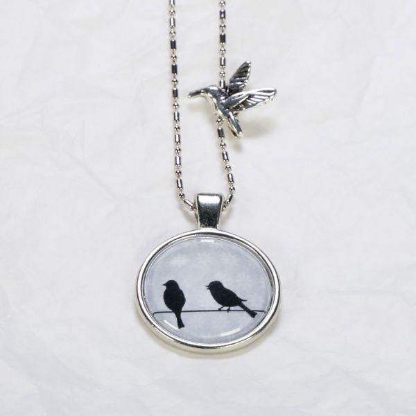 Medaillon-Halskette Vögel Hellgrau