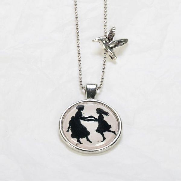 Medaillon-Halskette tanzende Mädchen
